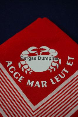 Rode boeren zakdoek met de opdruk van een krab en de tekst Agge mar Leut et