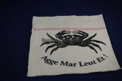 Dweil met de opdruk van een krab en de tekst agge mar leut et in zwart wit