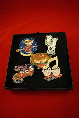 Assortiments door met vijf verschillende pins,Wana, de geit, spuitelf, muzieknoot en een krab