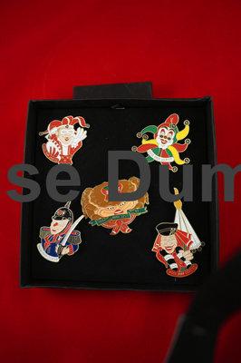 Assortiments door met vijf verschillende pins, de prins, de nar, steketee, de grootste boer en een krab