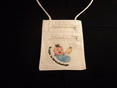 katoenen tas voor om de nek met twee ritsen en de opdruk van een jong boerke in een kreukel