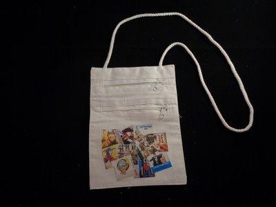 katoenen tas voor om de nek met twee ritsen en de opdruk van allelei leutneutbonnen